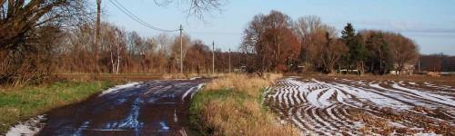 Vereister Weg und verschneiter Acker