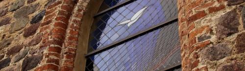 Buntes Altarraumfenster gen Osten
