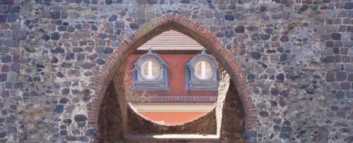 Turm-Ruine mit Durchblick