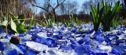 Blauweißer Glasmulch auf den Beeten