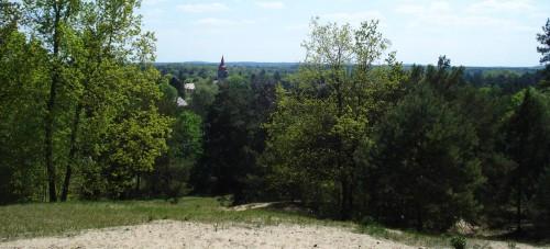 Blick von der Gipfelbank auf die Kirche von Wilhelmshagen