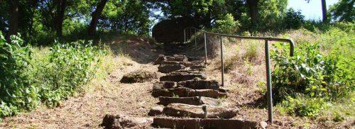 Felsige Stufen zur Burgruine