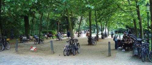 Vor dem Freiluftkino Friedrichshain im gleichnamigen Volkspark