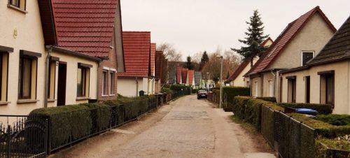 Herbstliche Siedlungsstraße in Leegebruch